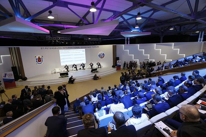 """Деловая программа форума открылась пленарной сессией саммита лидеров глобального бизнеса """"Вклад бизнеса в экономический рост: вызовы и пути решения"""". В программе первого дня запланировано 37 сессий"""