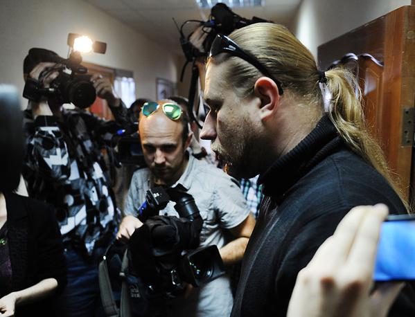 Участник группы Behemoth Збигнев Проминский (справа) перед заседанием Октябрьского районного суда