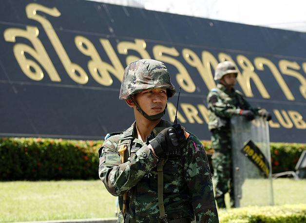 Ранее в командовании армии подтвердили, что солдаты вынуждены были стрелять в воздух, чтобы сторонники правительства начали расходиться