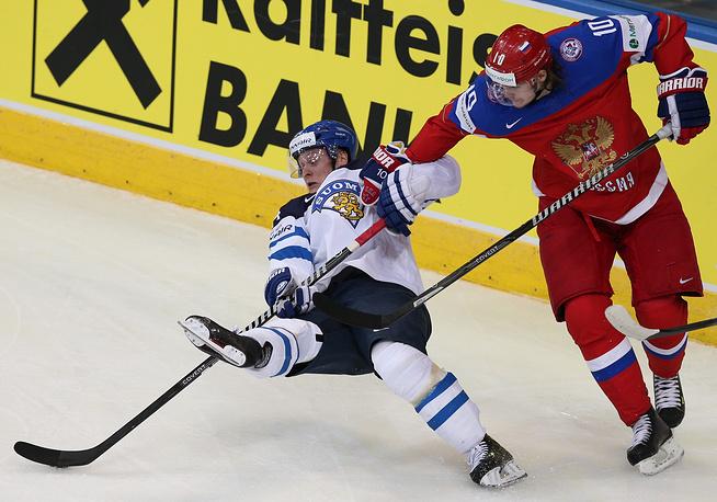 Игроки сборной Финляндии Олли Палола и сборной России Виктор Тихонов (слева направо) в матче чемпионата мира по хоккею: Финляндия – Россия
