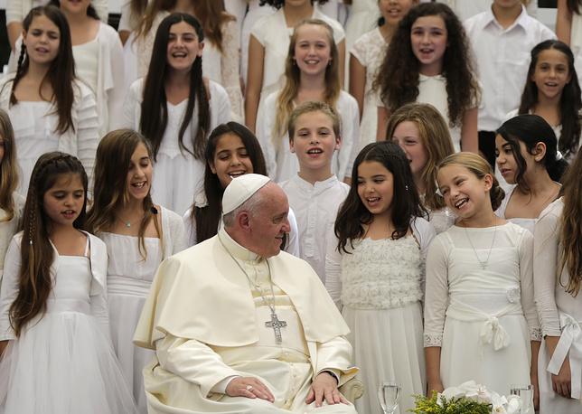 Папа римский слушает хор девочек во время приема у президента Израиля Шимона Переса, 26 мая