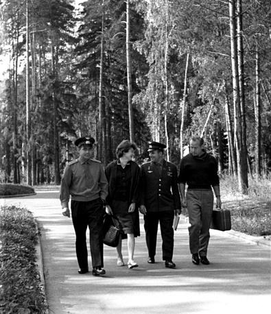 Летчики-космонавты в Звездном городке, 1963 год. Слева направо: Андриян Николаев, Валентина Терешкова, Юрий Гагарин и Алексей Леонов