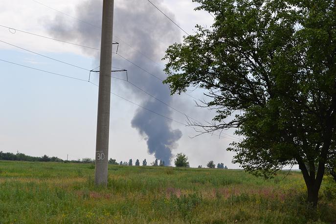 Столб дыма над сбитым вертолетом