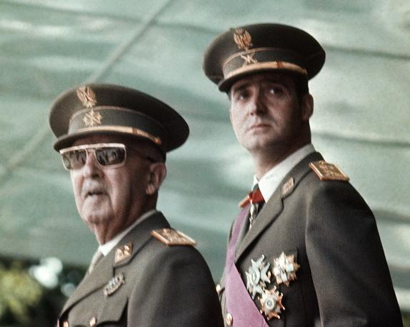 Генерал Франсиско Франко, правивший Испанией с 1939 по 1975 год, со своим преемником принцем Хуаном Карлосом де Бурбоном, 1973 год