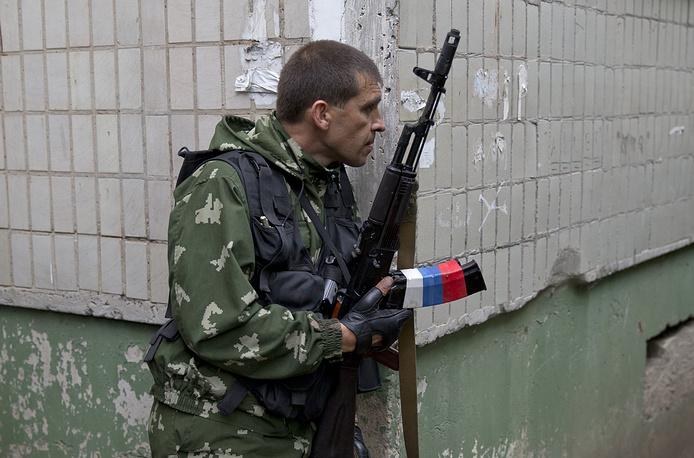 Вооруженное столкновение между военнослужащими украинской армии и ополченцами возобновилось после 30 минут перемирия, за время которого с территории пограничного подразделения вывезли раненых