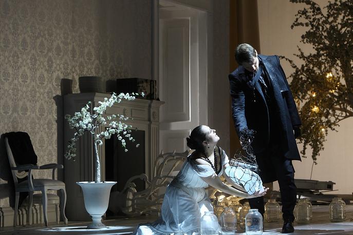Татьяна Рягузова (Татьяна) и Янис Апейнис (Онегин) в постановке Андрея Жолдака в Михайловском театре