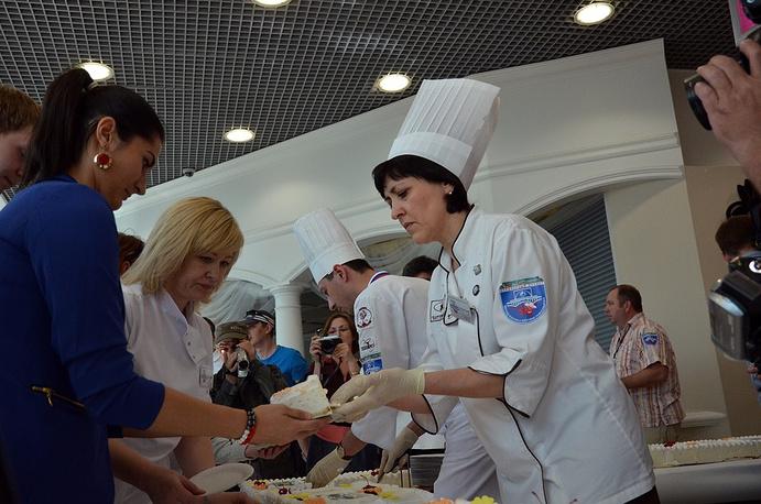 В праздник творение кулинаров смогли попробовать сотни жителей и гостей Новосибирска