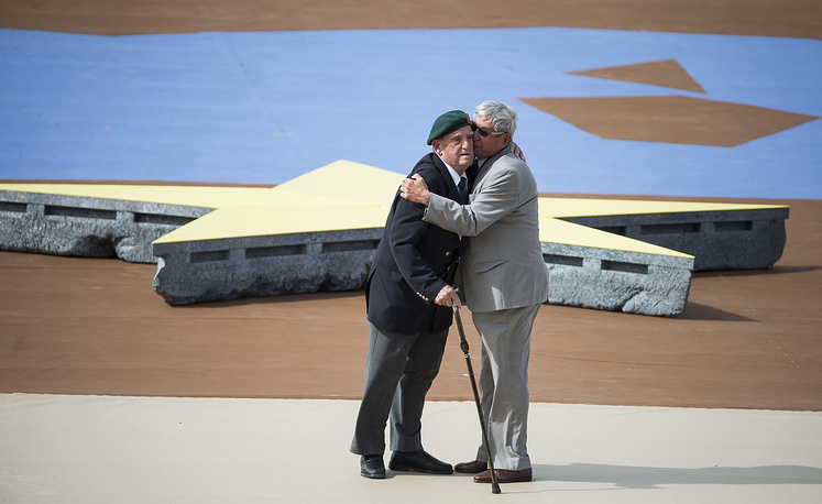 Два ветерана Второй мировой войны француз Леон Готье и немец Йоханнес Бергер обнимаются в знак примирения