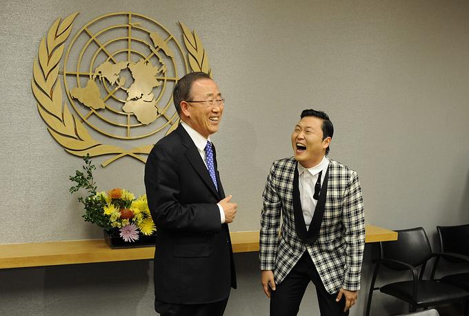 Генсек ООН Пан Ги Мун и южнокорейский певец Psy на встрече в Нью-Йорке, 2012 год