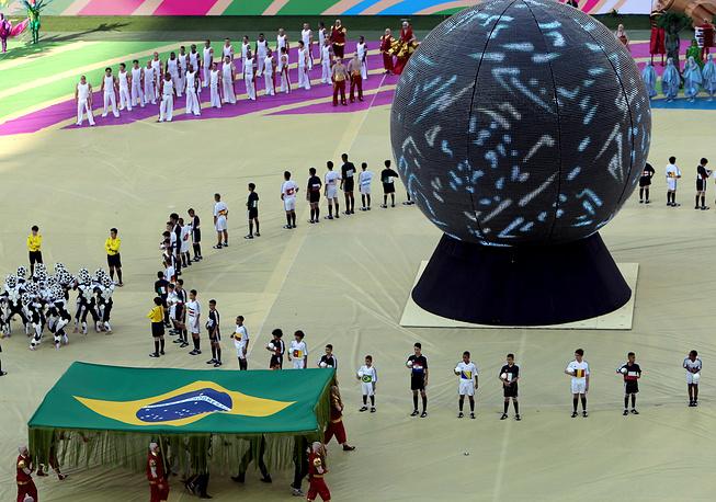 """В центре стардиона был установлен огромный шар в виде официального мяча чемпионата """"Бразуки"""""""