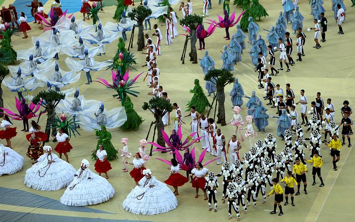 В церемонии приняли участие около тысячи артистов, которые в красочном представлении изобразили историю и культуру Бразилии с древнейших времен и до наших дней