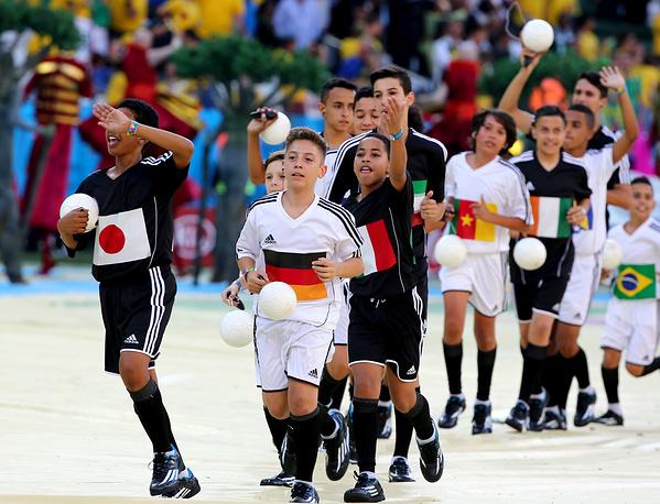 Вокруг него станцевали дети в футболках с изображением флагов стран-участниц турнира