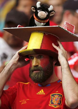 Болельщик сборной Испании снимает шляпу перед соперником