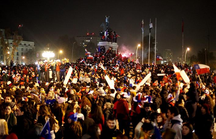 Столица Чили Сантьяго. Болельщики после победы своей команды над сборной Австралии