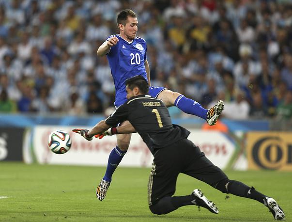 Вратарь сборной Аргентины Серхио Ромеро прерывает атаку боснийцев