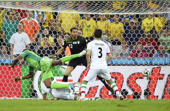 Нигерийский форвард Шола Амеоби в атаке на ворота сборной Ирана