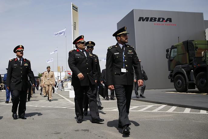 Потенциальные покупатели осматривают стенд MBDA - ведущего европейского разработчика и производителя ракетных систем