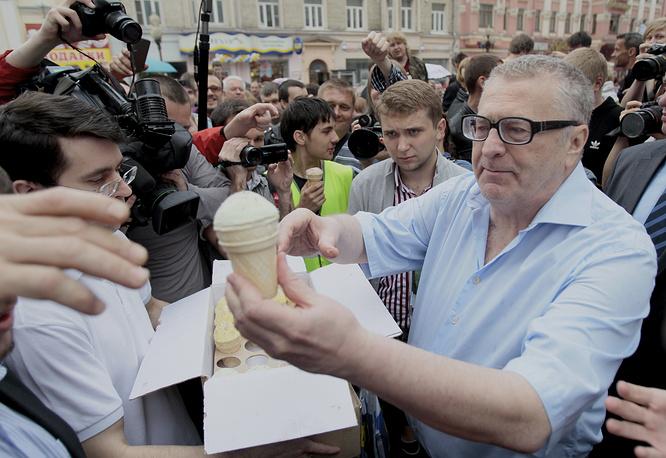 Депутат Владимир Жириновский раздает мороженое активистам оппозиции, собравшимся на улице Арбат в центре Москвы, 2012 год