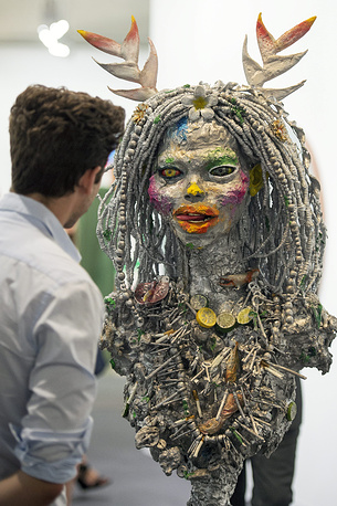 Арт-объект MV1 (2013) художника из Барбадоса Эшли Бикертона, галерея Lehmann Maupin (Нью-Йорк и Гонконг)