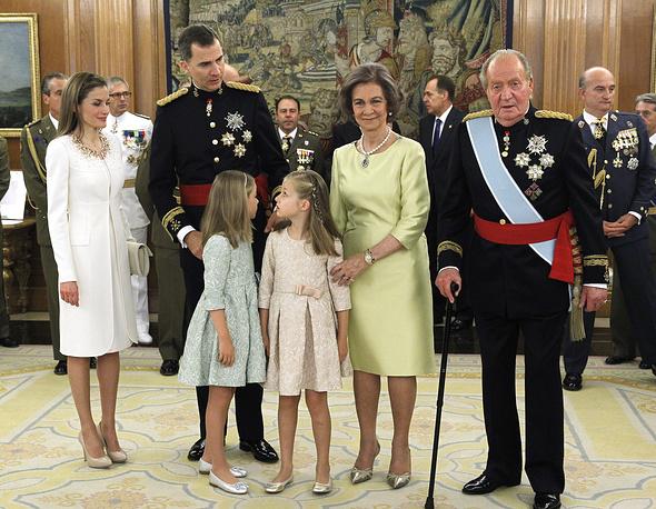 Королева Летисия, король Фелипе VI, дон Хуан Карлос, донья София и принцессы Леонор и София после торжественного вручения новому королю Испании пояса главнокомандующего вооруженными силами государства