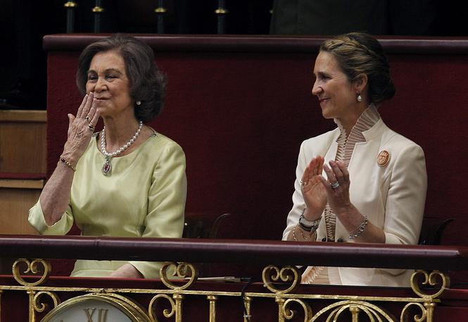 Донья София и инфанта Елена (сестра Фелипе VI) на церемонии провозглашения нового короля Испании