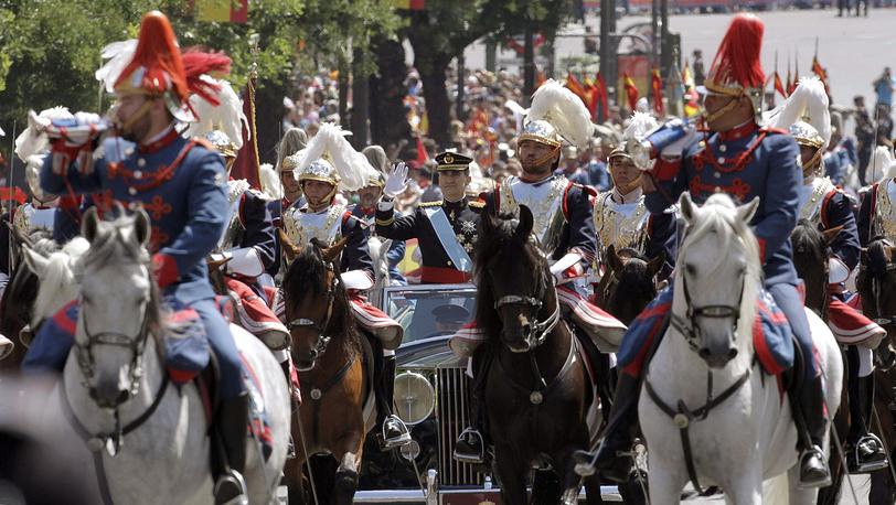 Король Фелипе VI и королева Летисия покидают здание парламента после церемонии вступления на престол