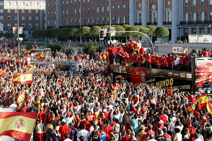 Чествование испанской сборной на улицах Мадрида после победы в финале ЧМ-2010