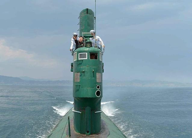Северокорейский лидер Ким Чен Ын принял участие в учениях на подводной лодке во время посещения военно-морской части № 167 на восточном берегу Северной Кореи. 16 июня 2014 года