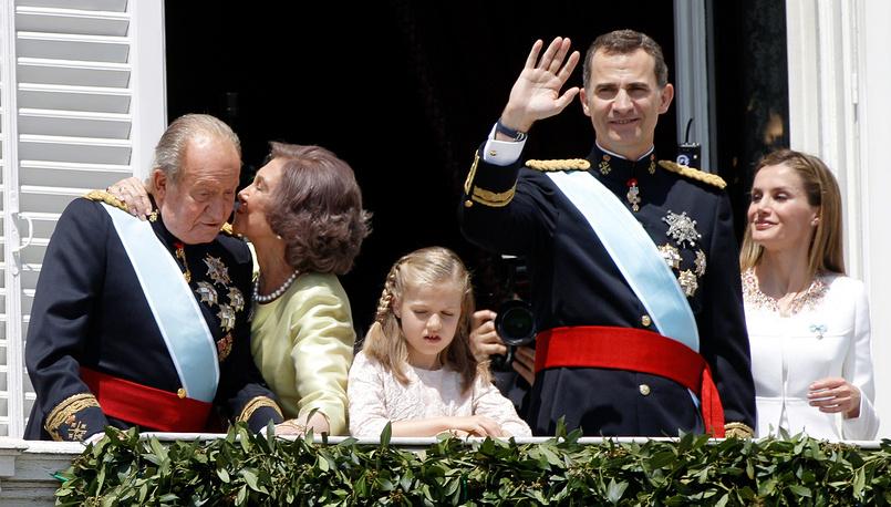 Новый король Испании Фелипе VI (справа) во время церемонии коронации. Правивший до этого почти 39 лет король Хуан Карлос (слева) 18 июня подписал акт об отречении от престола. 19 июня 2014 года