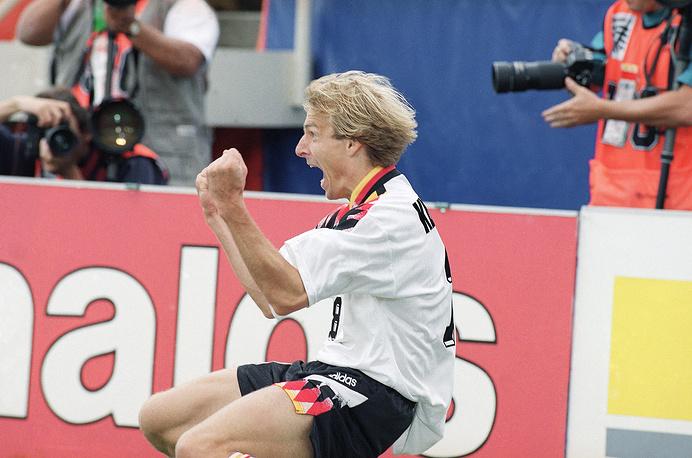 Юрген Клинсманн (Германия) - 11 голов. Участник чемпионатов мира 1990, 1994 и 1998 годов. Чемпион мира 1990 года. На турнирах 1990 и 1998 годов забил по три мяча, а в 1994 году в США - пять мячей