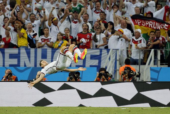 Форвард сборной Германии Мирослав Клозе принес своей команде ничью, и сравнялся с бразильцем Роналдо по количеству голов на чемпионатах мира