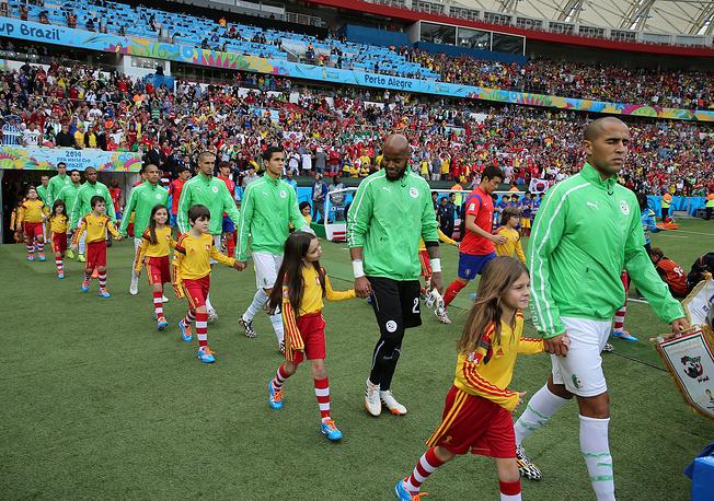"""Алжирские футболисты выходят на поле стадиона """"Бейра-Риу"""""""