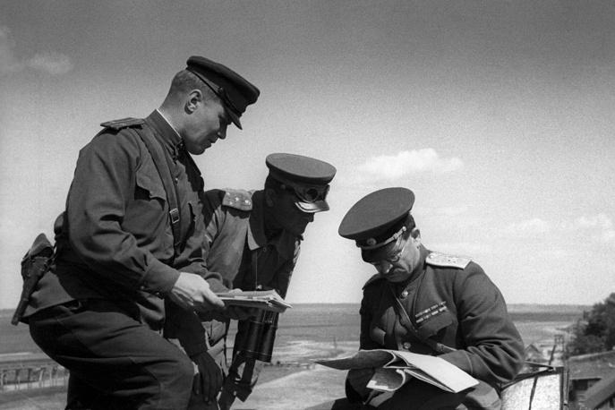 Маршал бронетанковых войск Павел Ротмистров (справа) изучает оперативную обстановку, 3-й Белорусский фронт, август 1944 года
