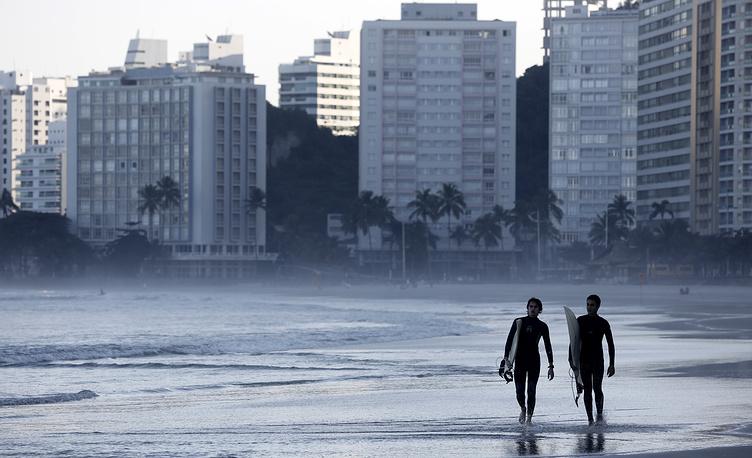 Бразильцы - спортивная нация. Даже в мегаполисах жители уделяют много времени спорту и поддержанию здорового образа жизни. На фото: серферы на одном из пляжей в городе Гуаружа