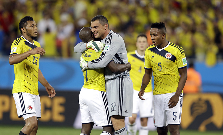 Радость колумбийских футболистов - их команда вышла в плей-офф чемпионата мира впервые с 1990 года