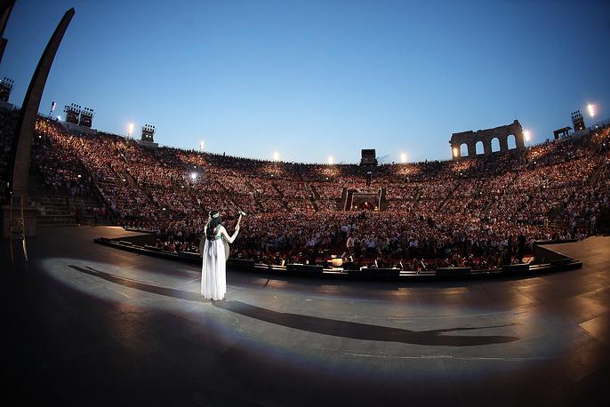 """Опера """"Аида"""" Джузеппе Верди будет представлена на сцене Веронской оперы сразу в двух постановках - авангардной испанской труппы Fura dels Baus и  ведущего итальянского оперного режиссера прошлого века Джанфранко де Бозио (на фото)"""