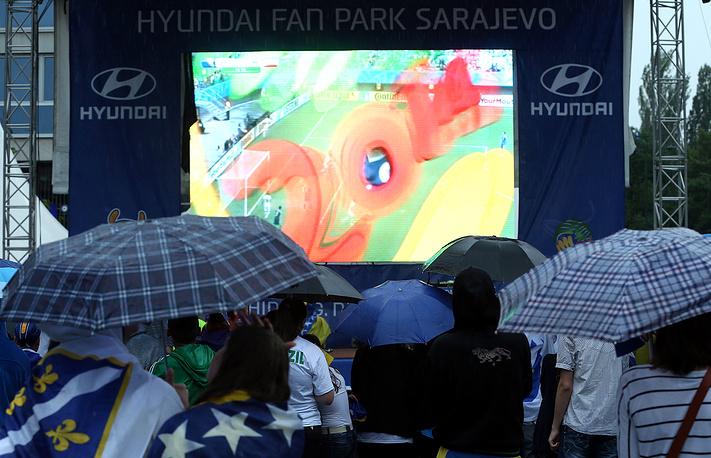 Фанаты сборной Боснии и Герцеговины смотрят матч в Сараево