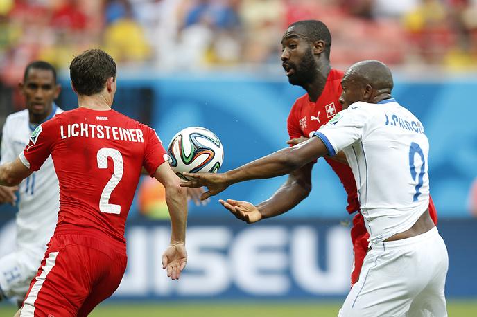 Швейцарские защитники Йохан Джуру и Стефан Лихштайнер сдержали Джерри Паласиос и других атакующих игроков команды Гондураса