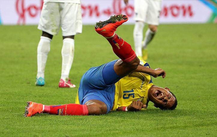 Полузащитнику сборной Эквадора Майклу Арройо здорово досталось в игре с французами