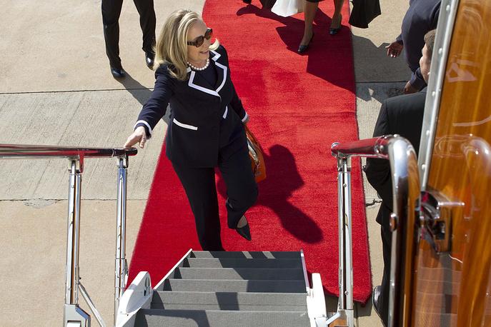 Экс-госсекретарь США Хиллари Клинтон поднимается на борт самолета на авиабазе в Йоханнесбурге, ЮАР, 2012 год