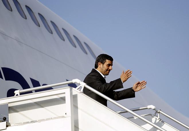 Экс-президент Ирана Махмуд Ахмадинежад в аэропорту Тегерана, 2011 год