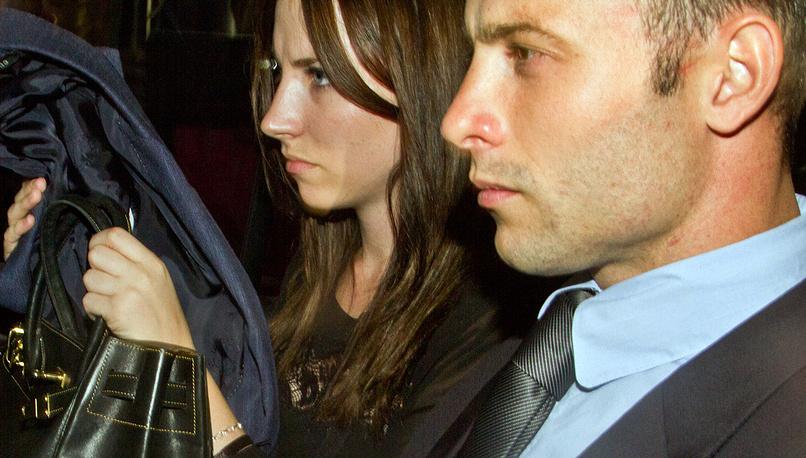 Оскар Писториус с сестрой Эйми Писториус едет на судебное заседание