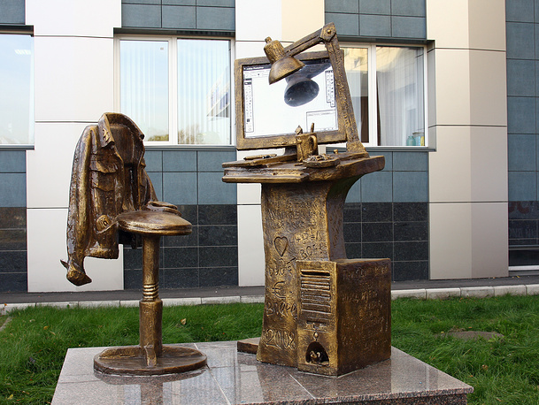 Памятник дизайнеру-полиграфисту скульптора Татьяны Кузьминой в Красноярске