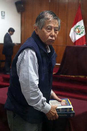 Экс-президент Перу Альберто Фухимори с 2007 года отбывает тюремное наказание за коррупцию и нарушения прав человека. По одному из эпизодов дела он был приговорен к 25 годам лишения свободы. На фото: Фухимори на судебном слушании в Лиме, июнь 2014 года