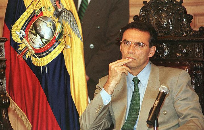 В мае 2014 года Верховный суд Эквадора заочно приговорил бывшего президента Хамиля Мауада к 12 годам тюремного заключения, признав его виновным в растрате и присвоении государственных средств. В настоящее время экс-глава государства проживает в США, где преподает в Гарвардском университете. На фото: Хамиль Мауад в президентском дворце, март 1999 года