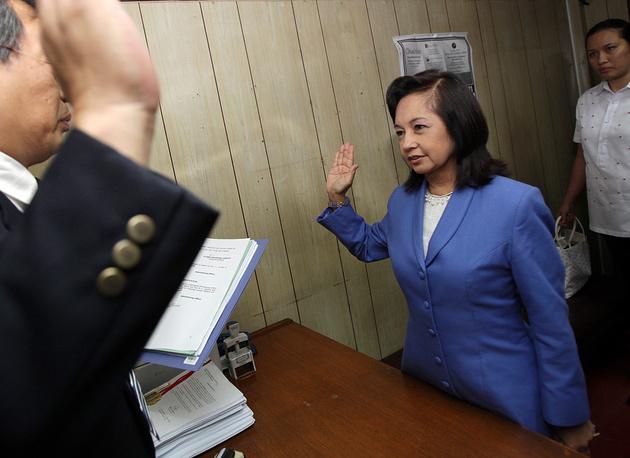 4 октября 2012 года экс-президент Филиппин Глория Макапагал Арройо была арестована по подозрению в хищении средств из государственного фонда. Ранее Арройо провела под арестом семь месяцев по обвинению в мошенничестве и была отпущена под залог. На фото: Глория Макапагал Арройо в департаменте юстиции Манилы, июль 2011 года