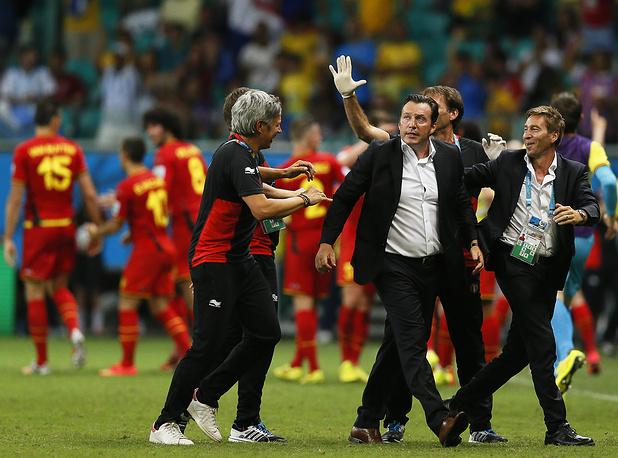 Главный тренер сборной Бельгии Марк Вильмотс (второй справа) вместе с командой радуется выходу в 1/4 финала