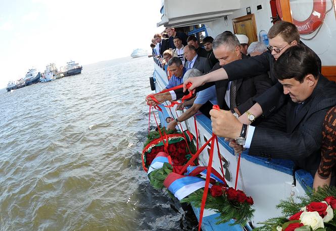 На место крушения выехали премьер-министр Владимир Путин, министр транспорта Игорь Левитин (справа), помощник президента Александр Абрамов (третий справа), глава Татарстана Рустам Минниханов (четвертый справа)