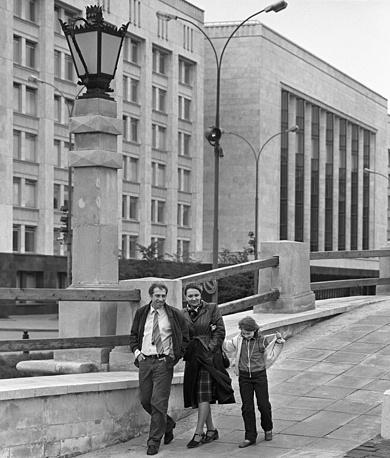 Актер Сергей Юрский с женой актрисой Натальей Теняковой и дочерью Дашей на прогулке, Москва, 1982 год