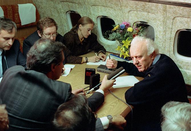 Эдуард Шеварднадзе дает интервью журналистам во время импровизированной пресс-конференции на борту самолета, 1990 год